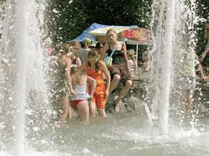 Российские кардиологи советуют своим пациентам в жару пить больше воды и оставаться в тени