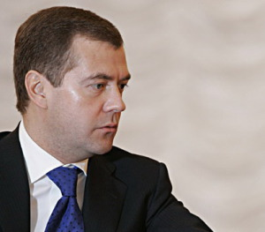 Медведев — Закон о пособиях по беременности необходимо изменить
