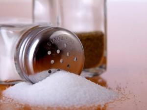 Употребление соленой пищи вызывает мгновенное расширение сосудов, предупреждают австралийские ученые