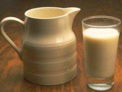 Топленое молоко поможет при бессоннице и головной боли
