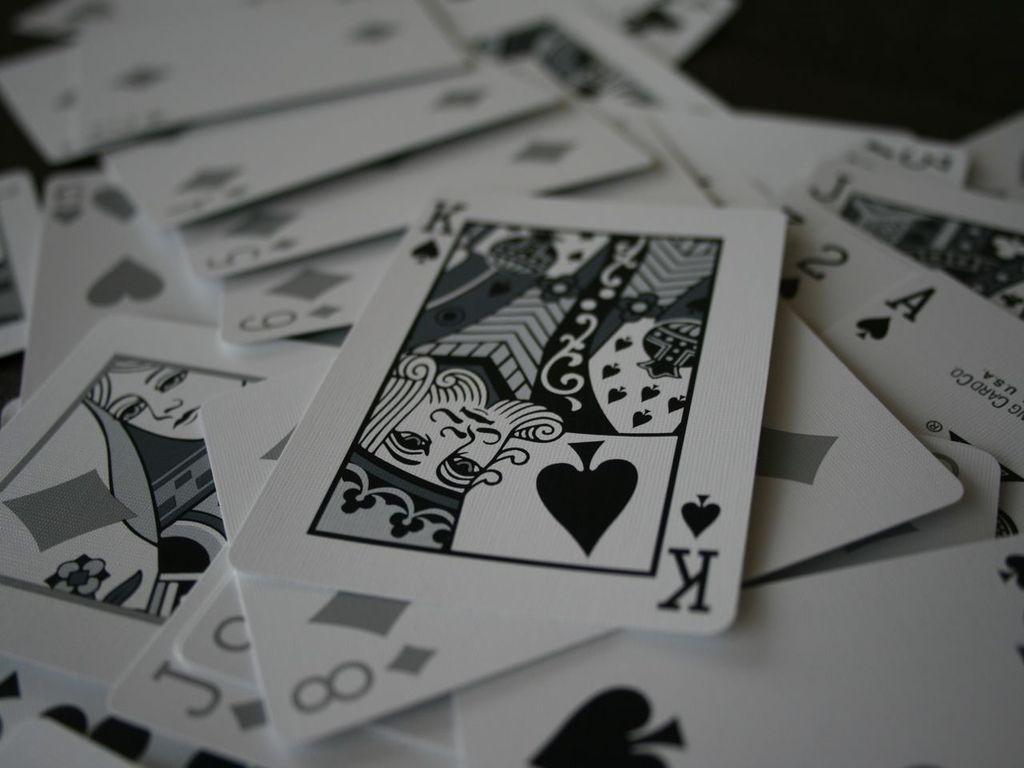 Для борьбы с инсультом нужно пить вино и играть в карты