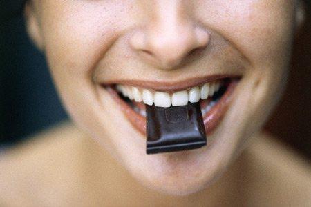 Темный шоколад способствует расширению кровеносных сосудов и повышению давления
