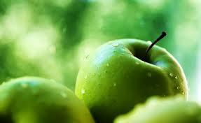 Чтобы наши сосуды были в порядке, в день надо съедать четыре яблока