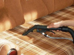 Домашняя очистка дивана от грязи и пыли