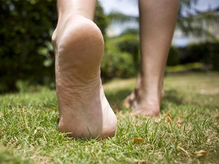 Насколько полезно ходить босиком: медицинский взгляд на проблему