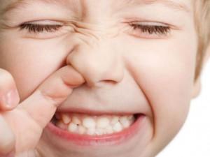 Как извлечь инородное тело из носика или ушка малыша — поможет ЛОР врач