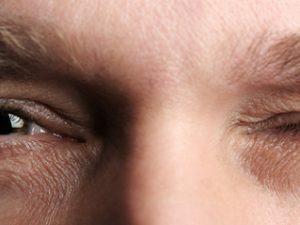 К чему дергается правый глаз