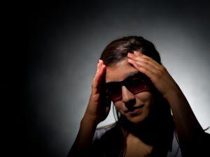 Очки с тонированными стеклами спасут от мигреней