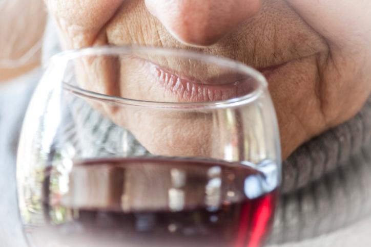 Умеренный алкоголизм понижает риск Альцгеймера
