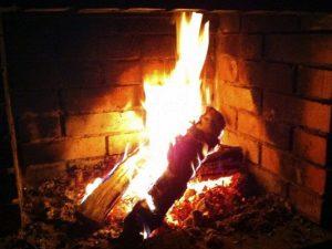 Ученые: Посиделки у горящего камина наносят вред легким и сердцу