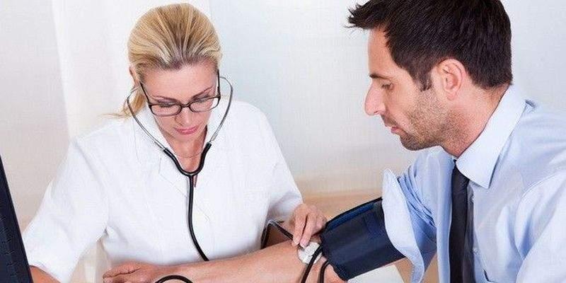 Медики рассказали, чего категорически нельзя делать при повышенном давлении