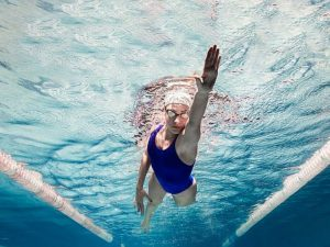 Плавание и прогулки снижают давление не хуже лекарств