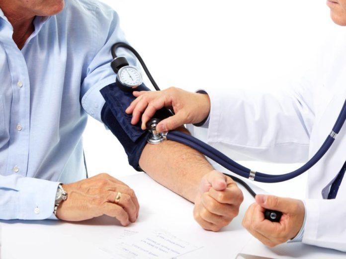 Названы причины высокого давления и как его понизить без лекарств