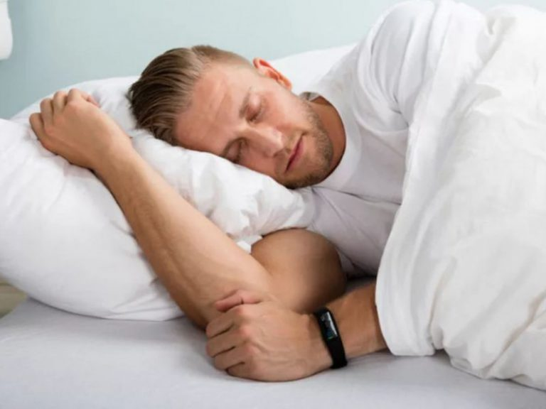 Кардиолог назвал полезные и вредные позы для сна