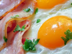 Установлено, в каком случае яйца на завтрак могут вредить сердцу