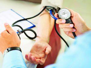Кардиолог дал 9 советов, как держать под контролем давление без лекарств