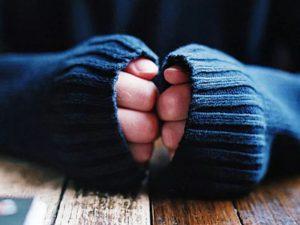Постоянно холодные руки и ноги: чем это опасно и как себе помочь