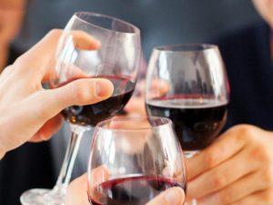 Пить вино и смеяться: как улучшить работу сердца