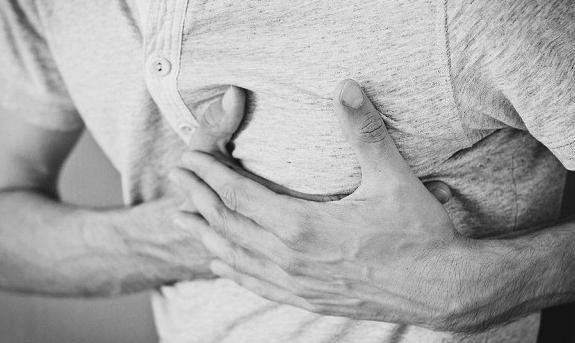 Кардиологи назвали неожиданный симптом близкого сердечного приступа