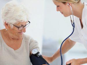 Пониженное давление у пожилых людей: причины, диагностика и лечение