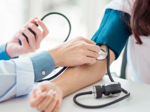 Повышенное давление: назван симптом, требующий немедленного визита к врачу