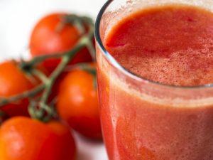 Кардиологи советуют обратить внимание на томатный сок