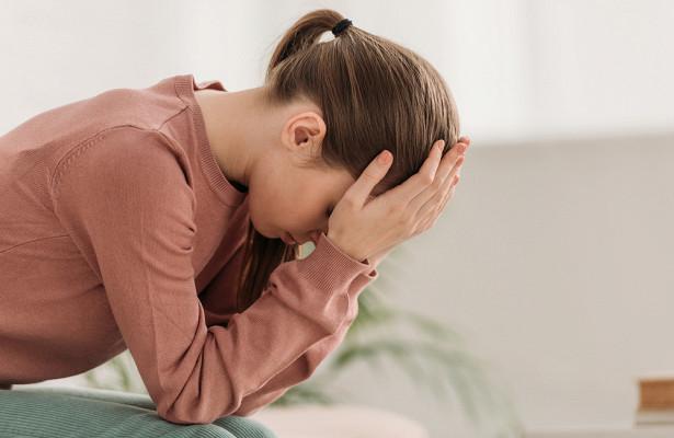 Трудное дыхание и пот: невролог назвал виды опасной головной боли
