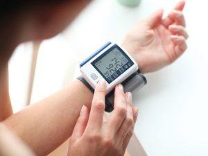 Названы семь тревожных признаков повышенного давления