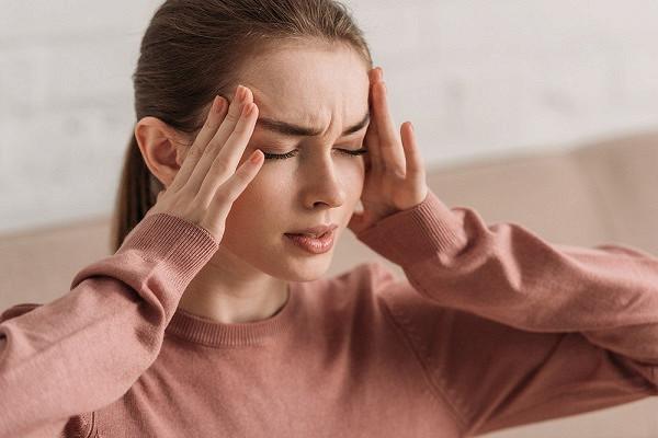 Терапевт объяснила головные боли в весенний период