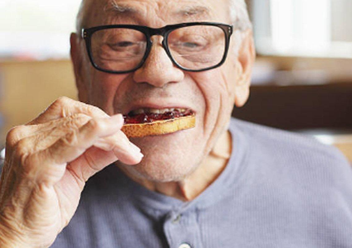 Защита мозга: врач называет 5 препятствующих деменции пищевых привычек