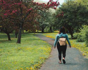 Врач назвал признак сердечного приступа, проявляющийся во время прогулок