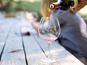 Небольшое количество красного вина помогает снижать давление